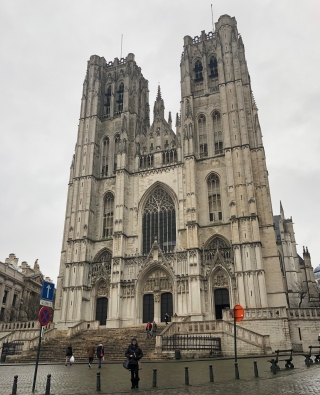 Cathedral of St. Michael and St. Gudula, offers services in Dutch and French.