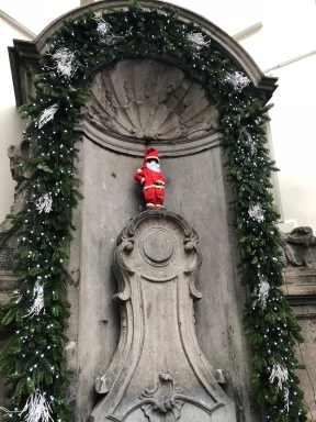 Manneken Pis in Santa costume